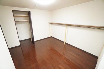 使い勝手の良い収納棚を設置しております。 居住スペースを充分に確保することができる為、 ゆとりある室内で、ゆっくりとご寛ぎいただけます。