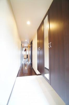 お客様をお迎えする玄関は 収納も豊富ですっきりとした印象を与えてくれます!