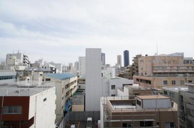 都会の物件からの眺望を想像すると、 周りの建物に押しつぶされそうになりますが、 本物件目の前の建物との距離もあり、 視界が開けて青空を楽しむことができます。