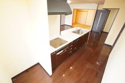 キッチンからリビング全体を見渡せる 子育て中のご家族にもうれしいつくり。 家具の配置もしやすく 魅せる収納も隠す収納も存分に、 好きなリビングを作る楽しみがあります。