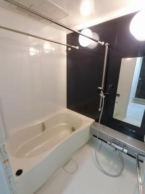 ユニットバスです。 乾燥機も完備しており雨の日でも洗濯物が干せるので、忙しい共働きのご家庭では大活躍です。