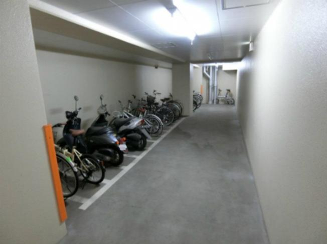 屋内にバイク置場・駐輪場を完備しています!自転車やバイクがあれば通勤・通学、お買い物にも便利です☆