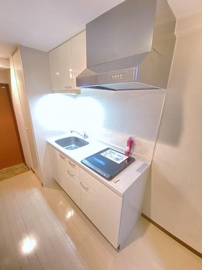 IH2口のシステムキッチンです☆場所を取るお鍋やお皿もすっきり収納できます♪フラットな天板でお掃除もラクラク♪火も使わないので安心です☆
