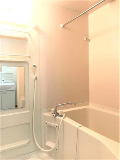 浴室暖房乾燥機&物干しバー付きバスルーム!外に干せないお洗濯物もすっきり乾きます♪お風呂に浸かって一日の疲れもすっきりリフレッシュ♪