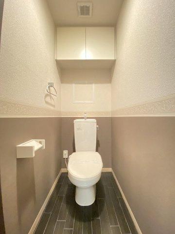 人気のバストイレ別です♪冬に特に嬉しい暖房便座機能も完備☆小物を置ける便利な棚やタオルハンガーも付いています♪