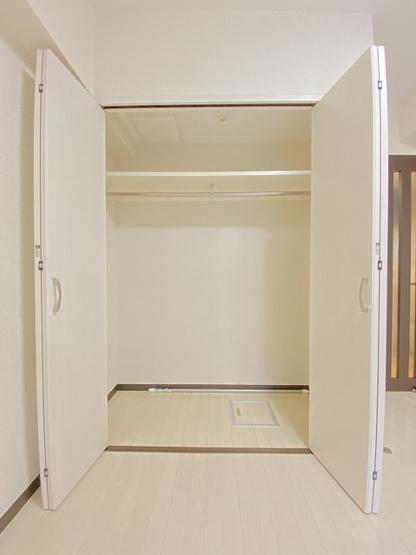 洋室7.3帖のお部屋にあるクローゼットです♪お洋服もしわにならず、キレイに収納できます☆