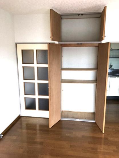 リビングダイニングキッチンにある収納スペースです!天井高の収納スペースで荷物をたっぷり収納できます!