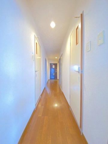玄関から室内への景観です!右手に洋室6帖のお部屋、左手に洋室7.5帖のお部屋があります☆