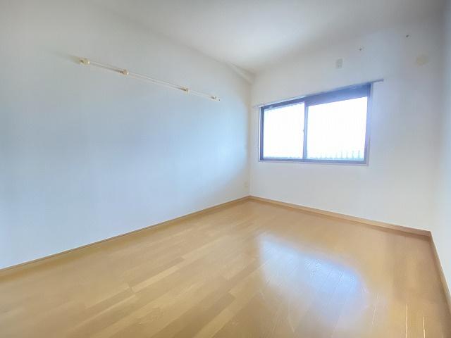玄関から入って右側にある、洋室6帖のお部屋です♪フローリングのお部屋は子供部屋としても使えますね♪壁にはピクチャーレールがあり、絵や写真が飾れます☆ハンガー掛けとしても便利!