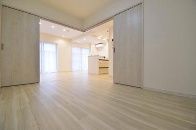 リビング横の約6帖の洋室。シーンに合わせて可動式間仕切りで独立したお部屋としてもご利用いただけます。