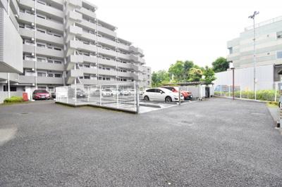 敷地内に平面駐車場ございます。最新の空き状況はお問い合わせ下さい。