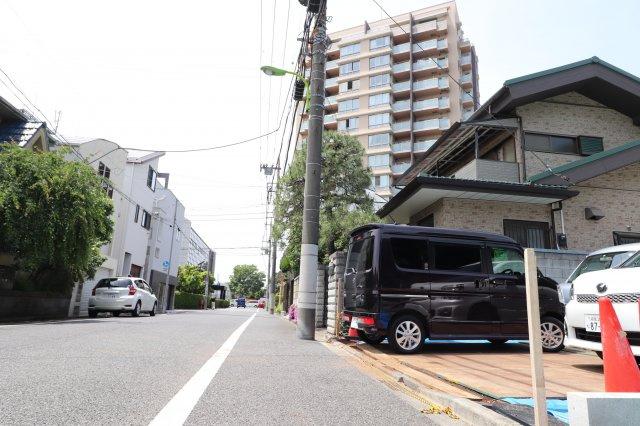 前面道路が広く、交通量も少ない閑静な住宅地です