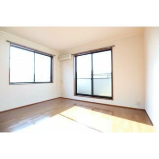 洋室8帖。南向きで2階なので日当たりばっちりです。