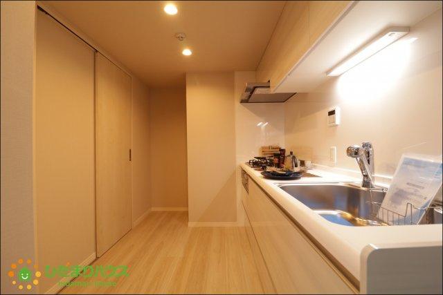 独立型のキッチンならお料理中の匂いがお部屋に広がりませんね。