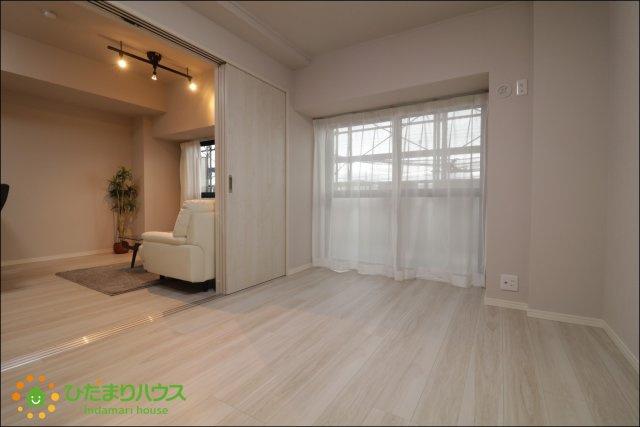 リビングと続き間の洋室はお子様の遊び場やお昼寝、家事のスペースとしてもお使いいただけます。
