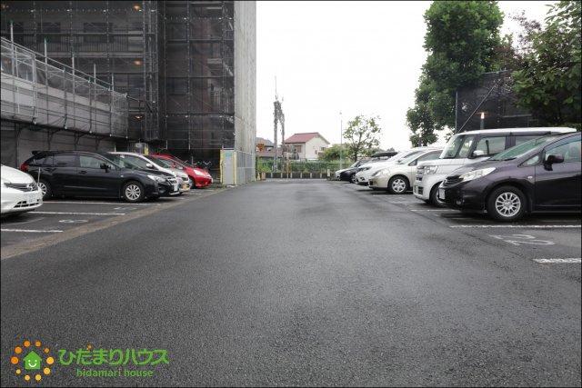 敷地内に平面の駐車場がございます。