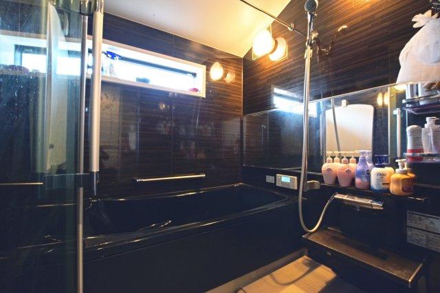 セキスイホームテクノの「Residential Style」シリーズです。保温浴槽で湯温低下を抑制し、プラズマクラスター機能付き浴室暖房乾燥機でカビも抑える機能的な浴室です。