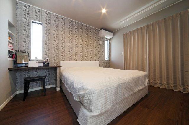 2階の南面主寝室は落ち着いた壁紙でエレガンスな一時を。デスクは備え付け仕様で、まるでホテルの一室のような仕上がりとなっています。