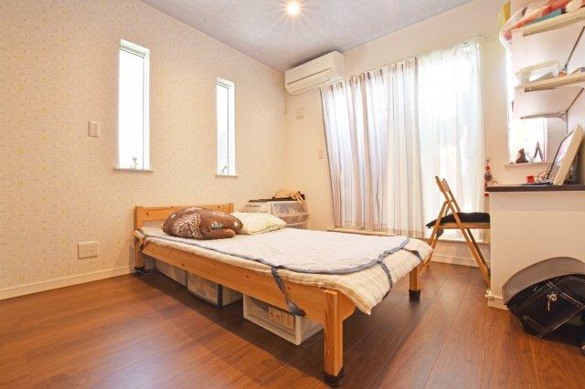 2階の北側洋室にもバルコニーがございます。ベッド一つ置いてもこれだけのスペースが確保できる広い洋室となっています。
