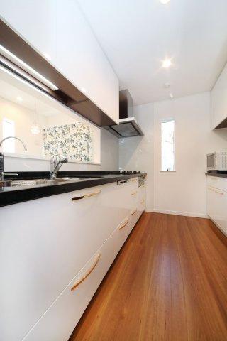 一般的な戸建の2550mmサイズより40mm広い調理スペースにPanasonicの水素発生器が備わる食洗器付き対面式キッチンです。