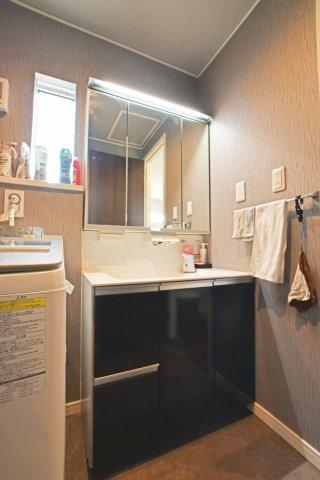 Panasonic「ウツクシーズ」シリーズのLED照明+3面鏡の洗面台です。