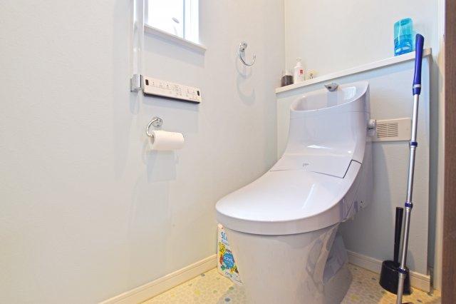 アクアセラミックでキレイ長持ち。LIXIL「ベーシア」が2階にトイレに設けられています。節水にも大きく貢献する本製品は生活に役立つ嬉しい仕様ですね。