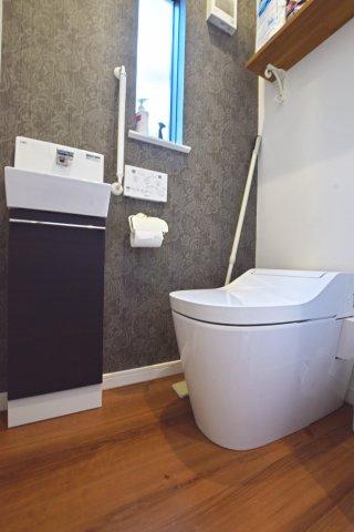 1階トイレはPanasonicの「アラウーノ」。ハネ防止や節水、タンクレス等クリーンなトイレです。ミニ水栓も付いています。