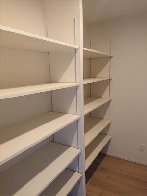 可動棚完備の収納に特化したスペースがあるため、お部屋はすっきり広々お使いになれます。