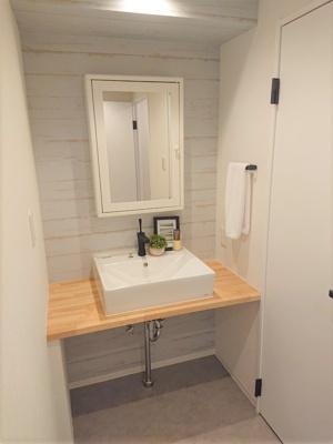 スタイリッシュな洗面室に仕上がりました。洗面台下を収納スペースとしてアレンジしていただけます。