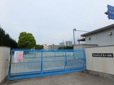 素鵞小学校 327m