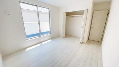 (同仕様写真)主寝室は9.5帖。全室南向きの居室を確保しています。日当たり良好なプライベート空間で、シンプルな色合いだから家具やカーテンの色合いを選びません。