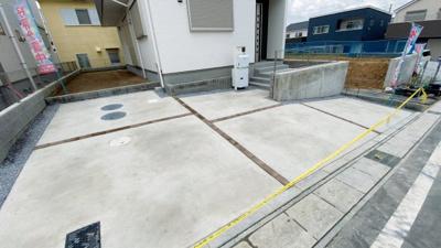 並列2台駐車が可能です。出入りもしやすいですね。