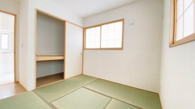 廊下とLDKの2way出入りが可能な和室5.75帖は2面採光で収納スペースを設けています。来客時にも重宝する一室ですね。LDKと一体活用も可能です!