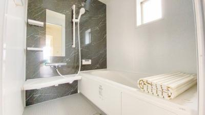 お子様と一緒にバスタイムを楽しめる広々浴室。浴室乾燥機は湿気を排しカビ防止に大活躍。冬季のヒートショック緩和にも役立ちますね。