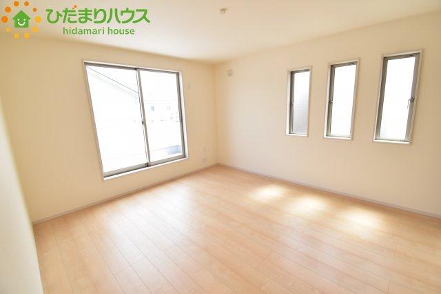 窓が多い洋室!明るいお部屋になりますね♪