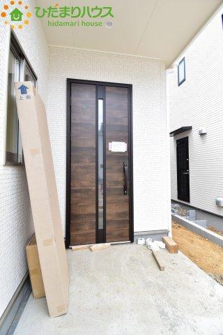 光差し込むデザインの玄関ドア