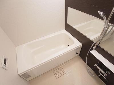 追い焚き機器付きの広めの浴室!