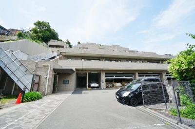 ブルーライン「弘明寺」駅徒歩圏内、閑静な住宅街に立地するマンションです。