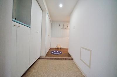 玄関周りの収納が豊富。段差も少なくゆとりのある玄関スペースです。