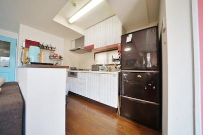 ゆとりのあるキッチンスペース。便利なカウンター付きです。