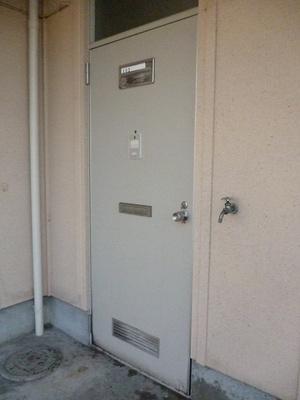 玄関横にある洗濯機置き場があります!専用のカバーも売っているのでこれを使えば洗濯機が雨に濡れません♪