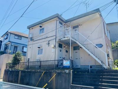 小田急線「柿生」駅より徒歩9分!駅前にはスーパーやコンビニがあり生活しやすい♪「新百合ヶ丘」駅からも徒歩圏内で便利な立地の2階建てアパートです♪