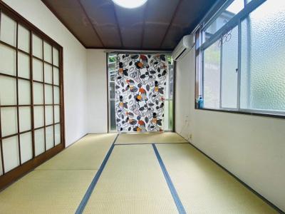 テラスに繋がる南西向き角部屋二面採光6帖の落ち着く和室です!エアコン付きで1年中快適に過ごせますね☆