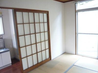 キッチンと和室6帖のお部屋の間には扉があるので冷暖房効率が良いですね♪お料理のにおいもお部屋にこもりにくい★