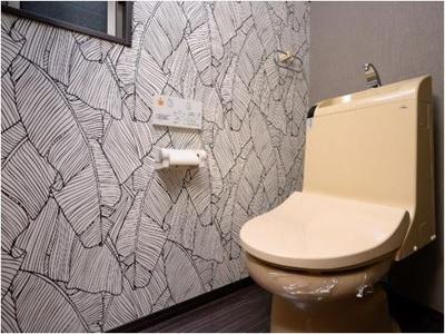 【1階トイレ】温水洗浄便座機能付きです。