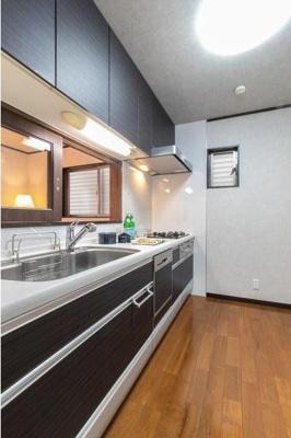 食器洗洗浄機機能付きで独立したキッチンです。