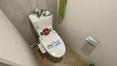 壁紙にもこだわったおしゃれなトイレ空間