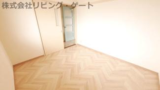 洋室4.5帖のお部屋は白を基調としたシンプルなお部屋です