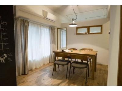 空間コンセプトはシンプル&ナチュラルで白の内装を基調に、床にはスタンダードな楢の無垢材を組み合わせています。