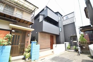 閑静な住宅街に立地する黒をベースとしたシックなデザイン!